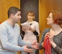 Deux acteurs du Studiolo au premier plan et une étudiante à l'université de Nancy II à l'arrière-plan.