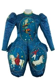 Costume de Valérie Fratellini (1879-1951) en tissu de soie bleu avec des motifs peints. Coll. Vélrie Fratellini. © CNCS / Photo Pascal François.