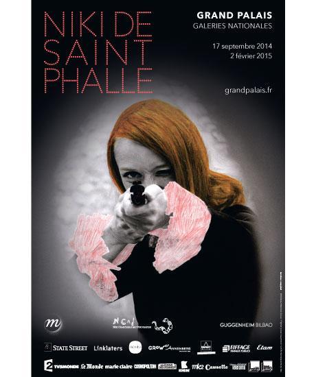Niki de Saint Phalle en train de viser, photographie en noir et blanc rehaussée de couleur extraite du film Daddy, 1972. (détail) © Peter Whitehead