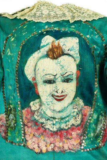 Détail du costume de François Fratellini (1879-1951) en tissu de soie bleu avec des motifs peints, Coll. Valérie Fratellini. © CNCS / Photo Pascal François.